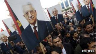 Palestinians rally in support Mahmoud Abbas's efforts to secure a UN status upgrade on 25/11/12 in Ramallah, West Bank