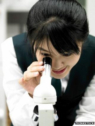 girl using microscope