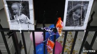 A makeshift memorial for Lucia and Leo Krim outside their home in New York City (28 Oct)