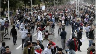 Protesters clash near the presidential palace in Cairo, Egypt (5 Dec 2012)