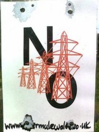 Poster yn erbyn cynllun peilionau ynni ym Mhowys