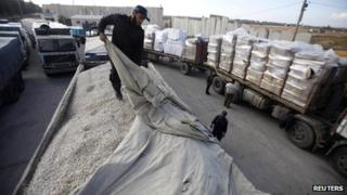 Hamas official inspects truck of gravel being imported from Israel (30/12/12)