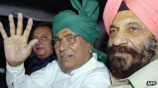 Om Prakash Chautala in centre wearing a green turban and waving his hand