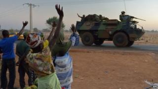 French soldiers on an armoured personnel carrier head north from the Malian capital, Bamako (15 Jan 2013)