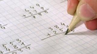 Disgybl yn gwneud mathemateg