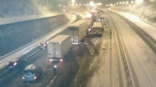 Cars on a big motorway were left stuck because of the snow