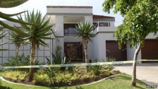 Police cordon around Oscar Pistorius' home (14 February 2012)