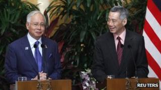 Malaysian PM Najib Razak at a news conference Singapore PM Lee Hsien Loong (R) in Singapore on 19 February 2013