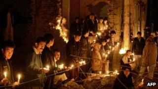 Pakistani Shiite Muslims hold candles on February 21, 2013 during a vigil at the site of a bomb attack in Quetta