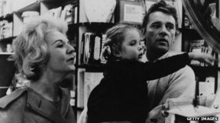 Richard Burton a'i wraig gynta Sybil a'u merch Jessica yn Rhufain yn 1961