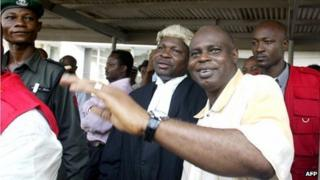 Former governor of Nigeria's Bayelsa state, Diepreye Alamieyeseigha (R), waving to sympathisers outside court in Lagos, next to his lawyer Mike Ozekhome (24 January 2006)