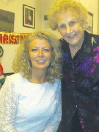 Wendy Morris-Twiddy a'i mam Mona Morris