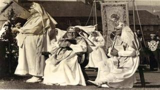 Archdderwydd, bardd o fri ac enillydd coron a chadair yr Eisteddfod Genedlaethol. Cynan oedd testun ffilm liw Gymraeg gyntaf y BBC, Y Llanc o Lŷn yn 1970.