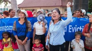 Tep Vanny (left) and other protestors outside Phnom Penh Municipal Court