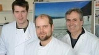 Y Dr Arwyn Edwards, Simon cameron a'r Dr Luis Mur