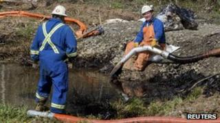Emergency workers clean up an oil spill in Mayflower, Arkansas 21 March 2013