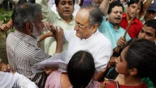 West Bengal Finance Minister Amit Mitra being heckled by protesters in Delhi on 9 April 2013