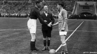 Fred Keenor (de) yn ysgwyd llaw gyda chapten Arsenal Tom Parker (chwith) cyn i'r Adar Gleision ennill Cwpan FA lloegr yn 1927
