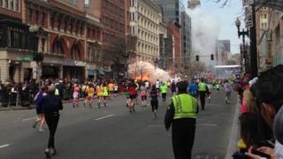 Y ffrwydrad cynta' ym Marathon Boston