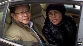 Nobel Peace Prize laureate Liu Xiaobo's wife, Liu Xia (R), with human rights lawyer Mo Shaoping arrive at the trial of her brother, Liu Hui, in Beijing, 23 April 23 2013