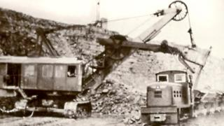 A face shovel loading narrow gauge wagons in the 1950s at Cosmeston