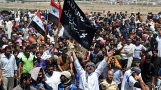 Anti-government protesters in the Iraqi town of Falluja (26 April 2013)