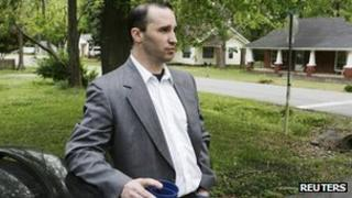 Everett Dutschke waits for federal authorities to search his home in Tupelo, Mississippi (23 April 2013)