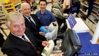 Alun Ffred Jones at a supermarket