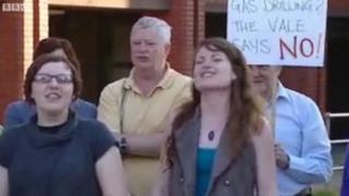 Protestwyr ffracio