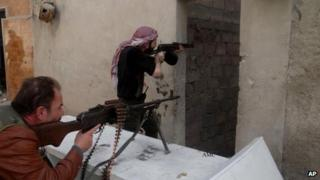 Free Syrian Army fighters battle with government troops in Aleppo. Photo: April 2013