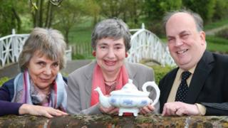 Cynthia Williams (c) with the University of Essex's Dr Jane Pearson, (l) and and Professor James Raven (r) and the Marks Hall teapot