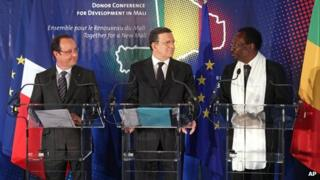 French President Francois Hollande (l), Mali President Dioncounda Traore (r) and European Commission President Jose Manuel Barroso