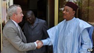 Niger President Mahamadou Issoufou (R) with Luc Oursel,chief executive of Areva (May 25 2013)