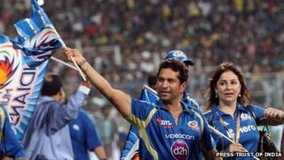 Sachin Tendulkar with wife celebrates his team Mumbai Indians' victory in IPL 6 in Calcutta on Sunday