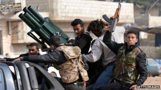 Syrian rebel fighters carry heavy weapons (27 January 2013)