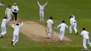 Ian Bell catches Doug Bracewell off Graeme Swann