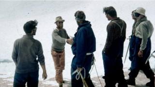 James Morris yn llongyfarch Edmund Hillary yn 1953
