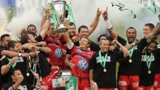 Toulon yn dathlu ennill Cwpan Heineken eleni