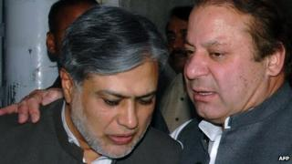 Nawaz Sharif (right) with newly appointed finance minister Ishaq Dar (June 2008)