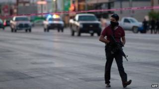 Armed plainclothes policeman in Ciudad Juarez, Chihuahua, 7 May 2013