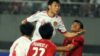 China's Liu Jian (centre) during a tackle with Thailand players