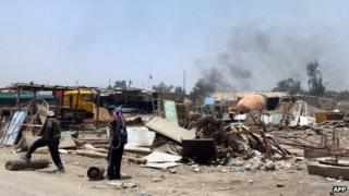 Smoke rises from site of bomb attack in Baghdad suburb of Nahrawan (3 July 2013)