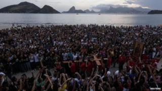 Catholics carry the World Youth Day cross in Niterol, near Rio de Janeiro (19 May 2013)