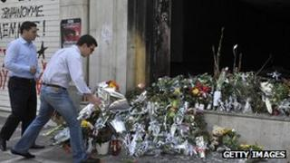 Flowers left in front of Marfin Bank (6 May 2010) LOUISA GOULIAMAKI/AFP/Getty Images)