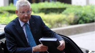 Carl Bildt steps out of a car in Brussels