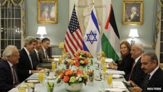 US Secretary of State John Kerry (second from left) hosts an Iftar dinner for Israeli Justice Minister Tzipi Livni (third from right) and Palestinian chief negotiator Saeb Erekat (second from right)