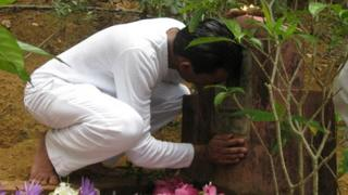 Nimal Samantha at the grave of his mother