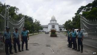 Bangladeshi police stand guard in front of the high court in Dhaka on August 1, 2013.