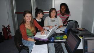 Newyddiadurwyr Llais y Maes (o'r chwith i'r dde): Isabel Braddshaw-Hughes; Lily Price-Jenkins; Angharad Hywel; Jennifer Ubah