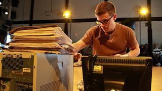 Harry Ferrier yn The Radicalisation Of Bradley Manning. Llun: Farrows Creative/National Theatre Wales